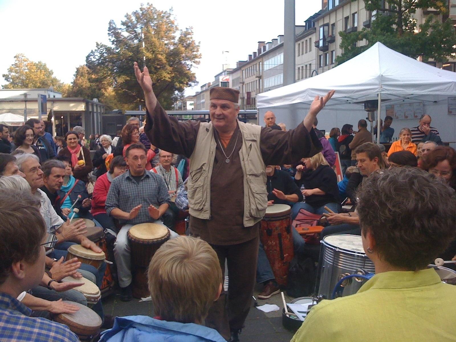 Arhur Hull faciliteert een drumcircle, ook voor scholen