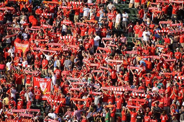 voetbalsupporters voetbalstadion zingen fanatiek voetballiedjes